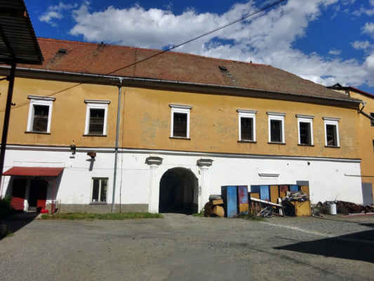 Dolní zámek Náměšť na Hané  Původní tvrz v roce 1556 Bruntálští z Vrbna přestavěli na renesanční zámek, který však v průběhu třicetileté války zpustošili Švédové. V roce 1665 byl obnoven a počátkem 18. století barokně upraven. V roce 1740 zámek získal hrabě Ferdinand Harrach, který si nechal postavit nové panské sídlo - tzv. horní zámek. Své původní sídlo v roce 1765 uzpůsobil v textilní manufakturu a v roce 1780 ve sladovnu. V této podobě se zámek dochoval dodnes.