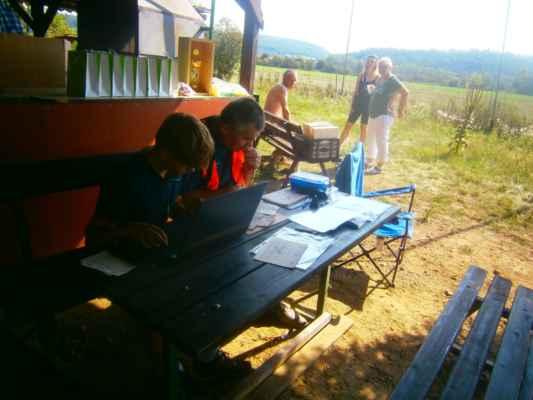 OLYMPUS DIGITAL CAMERA - Vnuk šéfa soutěže přinesl notebook, což značně usnadnilo průběh soutěže.