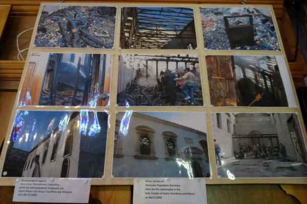 Devastující požár v roce 2005 však bohužel zničil střechu a většinu barokního interiéru od Nikolaose Latsise. Něco bylo při požáru zachráněno a kostel nyní ještě prochází rekonstrukcí.