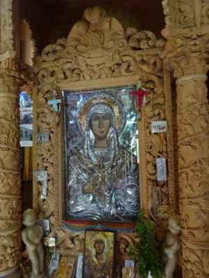 Církevní stánek ze 14. století ukrývá ve svých prostorách vzácné náboženské památky typu ikon, z nichž jedna, ikona Černé Madony, původem z Egypta (podle legendy z 3. stol. před n.l.) má prý zázračnou moc, a nástěnných maleb. Pravidelně je toto duchovní místo navštěvováno místními, ale i poutníky a turisty. Dnešní vzhled budovy kostela je z druhé poloviny 19. století, původní podobu z roku 1632 poničilo zemětřesení. Bohatý interiér kostela doplňují četné fresky a ikony (některé pokryté tepaným zlatem a stříbrem) zobrazující biblické výjevy a svaté. Překrásný ikonostas i fresky jsou zdobeny 22karátovým zlatem. Nechybí děkovné dary věřících (olejové lampy a šperky - dokonce náhrdelník od řecké královny Olgy) a kovové destičky s prosbičkami o uzdravení. Jako u spousty řeckých kostelů i zde naleznete galerii, která byla dříve vyhrazena ženám a dětem.