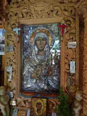 Vesnice Macherado, kostel Agias Mavra, černá Madona a kovové destičky s prosbičkami o uzdravení.