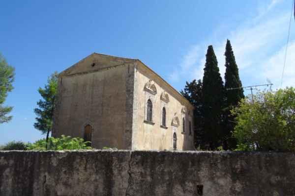Na okraji vsi stojí polozapomenutý kostelík ze 14. století