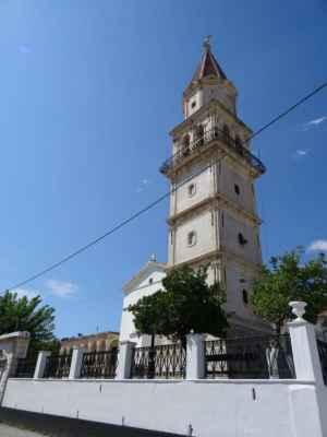 a jsme zpět v centru vesnice u kostela Agias Mavra, který uvnitř ukrývá černou Madonu