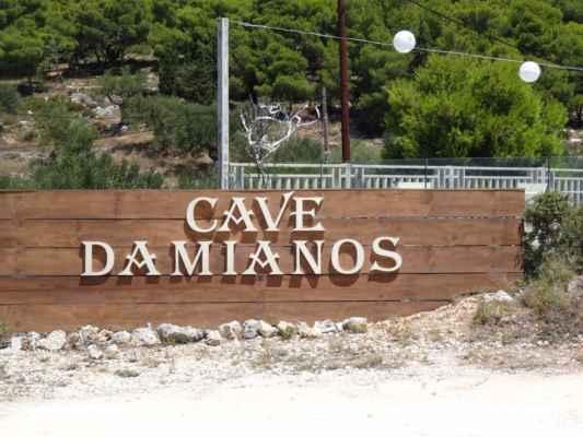 Nedaleko vesnice Agalas se nachází jeskyně Damianos.
