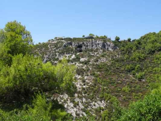 Po silničce na druhé straně údolí míříme k benátským studnám – pohled přes údolí na jeskyni Damianos. Nahoře nad jeskyní je restaurace, kde jsme se fotili