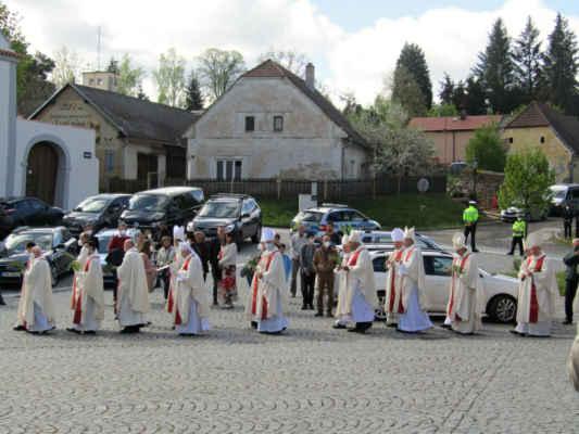 Procesí odchází do kostela sv.Jana Nepomuckého na Slavnostní poutní mši svatou k 300.výročí blahorečení sv.Jana Nepomuckého, kterou celebruje kardinál Dominik Duka