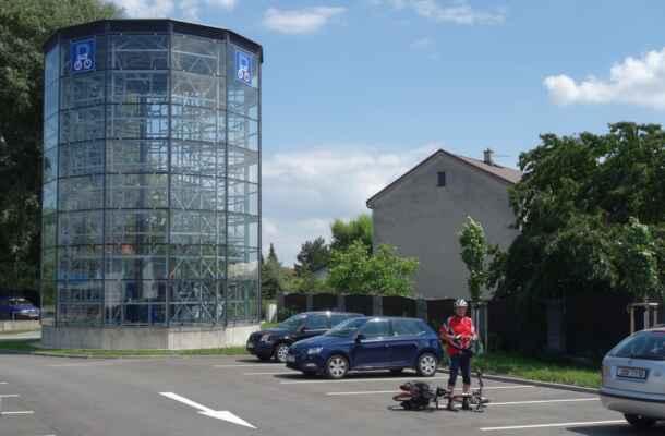 Cykloparking u nádraží v Lysé. Dneska byla sobota, tak bylo prázdno, ale docela by mě zajímalo, jak je věž vytížena v pracovní den.