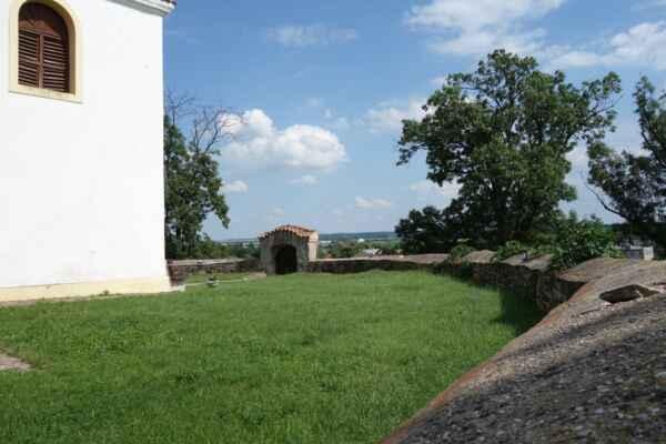 Kolem kostela býval hřbitov - dnes už je zcela zaniklý.