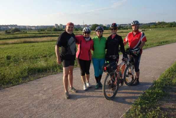 Závěrečné foto nad Černým Mostem - moje kolo s čerstvě opravenou zadní dušičkou. Děkuji Rudolfovi za skvěle zvolenou trasu a všem zúčastněným za velmi příjemnou společnost.