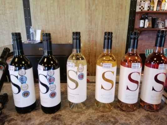 Vinice Silverlake pěstuje několik červených a bílých odrůd, z nichž se vyrábí bílá, červená a růžová vína. Mezi vína, která si můžete vyzkoušet a koupit, jsou Silverlake Chenin,