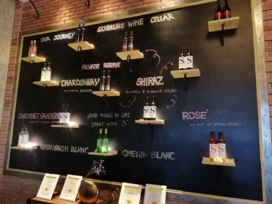 Vinice Silverlake pěstuje několik červených a bílých odrůd, z nichž se vyrábí bílá, červená a růžová vína. Mezi vína, která si můžete vyzkoušet a koupit, jsou Silverlake Chenin Blanc, Shiraz Private Reserve Red, Rosé Grande and Chardonnay.