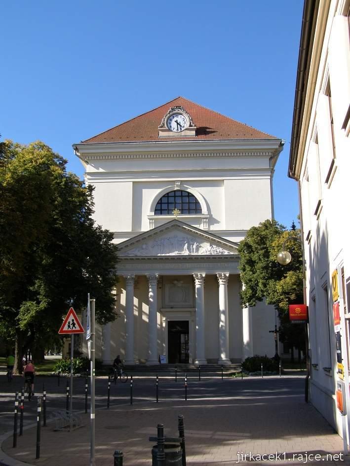 Slavkov u Brna - kostel Vzkříšení Páně a vpravo budova pošty