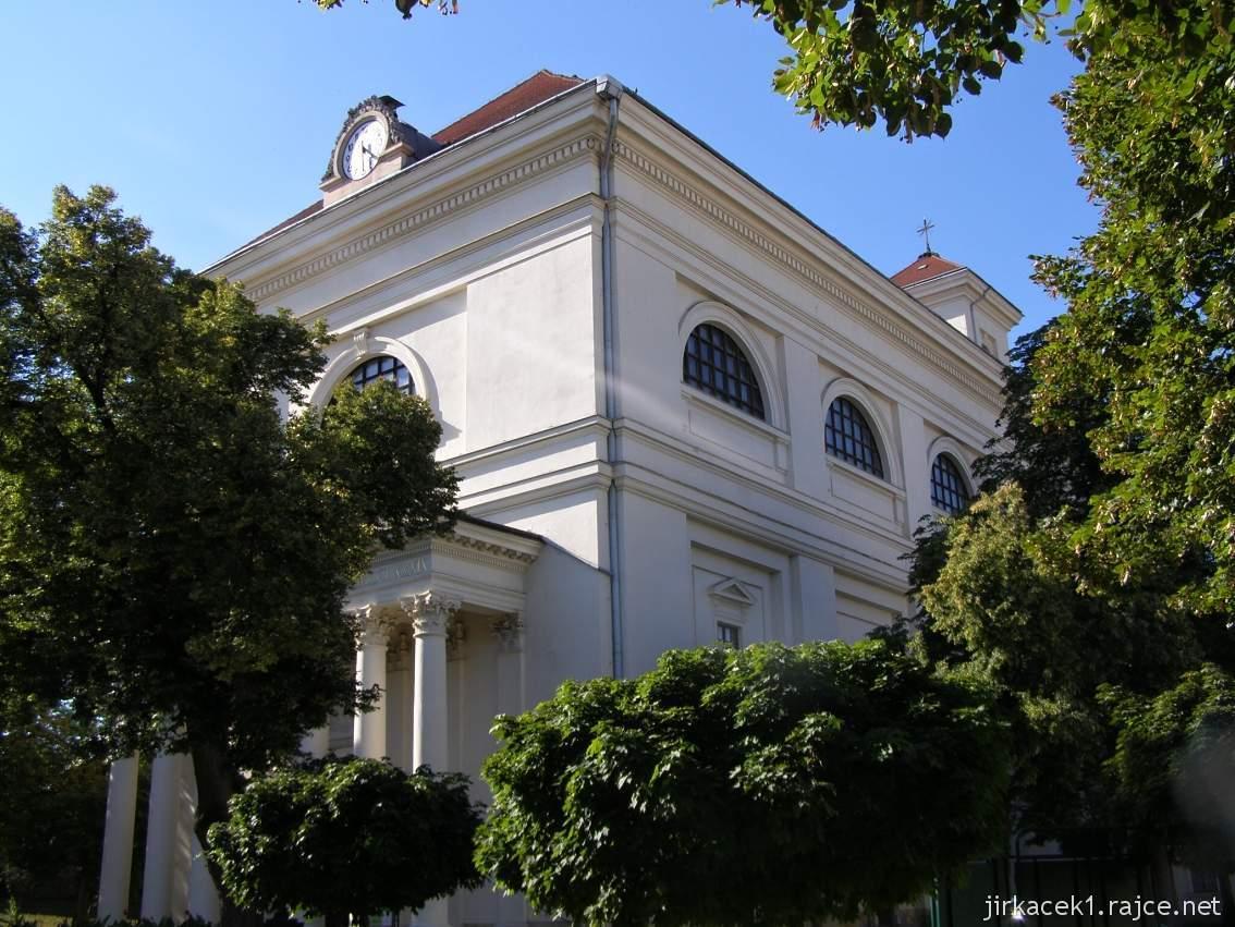 Slavkov u Brna - kostel Vzkříšení Páně - čelní a boční strana