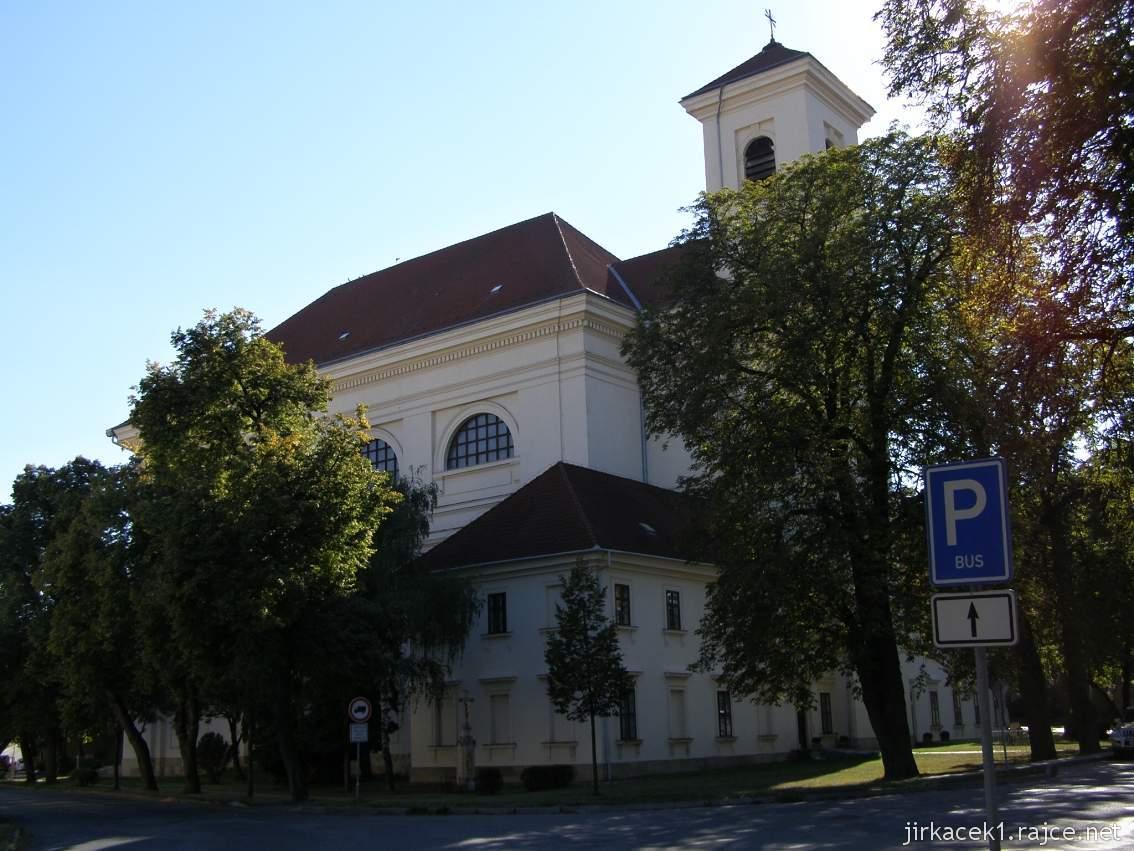 Slavkov u Brna - kostel Vzkříšení Páně - boční pohled