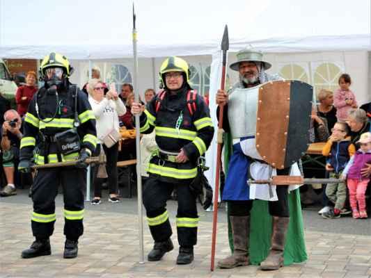 Ukázka rytířů, vlevo těch novodobých