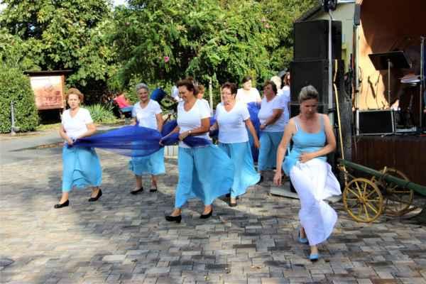 Nastupují Ú-holky k předvedení smíšené skladby babiček, maminek a dětí
