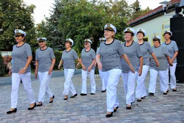 Nastupují odrostlejší děvčata Ú-holky (Pozdní sběr), se skladbou Námořnickej bál