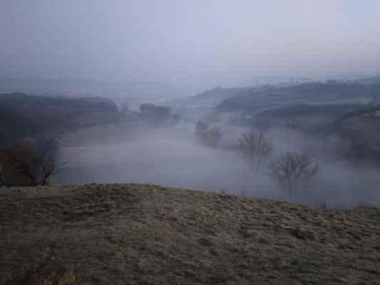 Berounka v ranním oparu. Pohled na Beroun z Tetína.