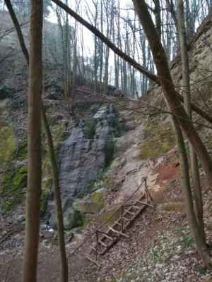 Tetínský vodopád - Deset metrů vysoký umělý vodopád s malým průtokem, který však nejvíce ovlivňuje provoz čistírny odpadních vod nad vodopádem. Vodopád vznikl v důsledku těžby vápence. Nad vodopádem se nachází ještě menší stupeň, přístup k němu je však nebezpečný a náročný.