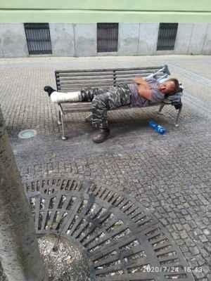 Lasardopictures 2020 - Pán Šurin spal na lavičce v Plzni.Dne 24.07.2020 v pátek. »*« * Foto/Dne: 24.07.2020 v Plzni v pátek. * Fotograf: D'J.Tamáš|LasardoPictures * Fotoaparát: Xiaomi Redmi Note 8 lite * All Rights Reserved Photo: LasardoPictureS.   »*« #TJ81Fotograf #lasardoPictureS #Tj81mesto #plzen #pilsen #surin #lavicka #americka #Š »*«  Sdíl.,z mých dat od Vodafonu S27/24.7.2020.
