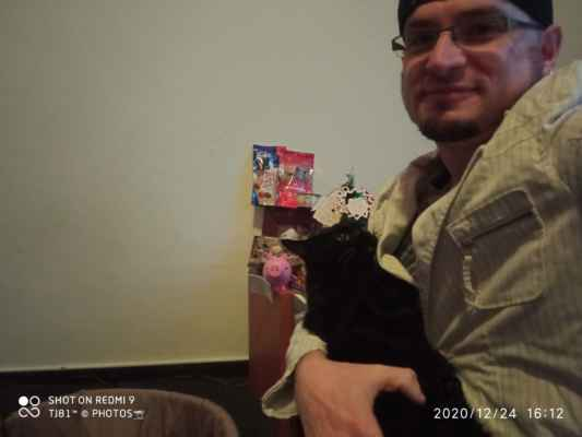 LasardoPictures selfie 2020. - Pandi a Dodi na Vánoce r.2020/Plzeň/S27 Před nikým se neponižuj a nad nikoho se nepovyšuj. »*« * Dne: 24.12.2020/v S27 v Plzni/ve čtvrtek. * Fotoaparát: Xiaomi Redmi Note 9 * Fotograf & All Rights Reserved Photo: LasardoPictureS/D'J.Tamáš|TJ81 »*« * JT81 R.I.P hudba -www.youtube.com/playlist?list=PLALJeiPjfjpZFiG27SmrhQfsdprHyB4D »*«  #LasardoPictureS #Tj81fotograf #dodi2020 #C145 #cat #pandi2020 #pandy2020 #č124 #Panduška #karacsony #karacsonyfa #cica #Pandi #vianoce #vánoce #TamášJozef #Fa #TJ81selfickova #TJ81selfie #Panduška #P »*«  WiFi|Dne: 24.12.2020|od Jiřinky.P,v Plzni/S4. Jako text + Úprava psaní na mých datech od Vodafonu/S27/24.12.2020.
