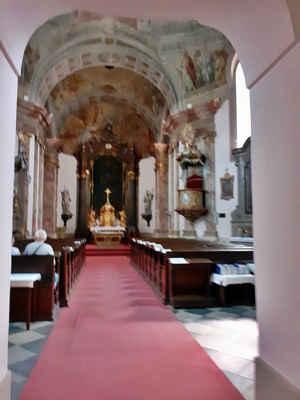 konečně kostel otevřený, bude mše - nesmí se tu fotit, tak se snažím nenápadně udělat pár snímků, podle toho taky ty fotky vypadají...