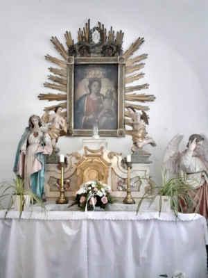 u vchodu vlevo je malá kaple
