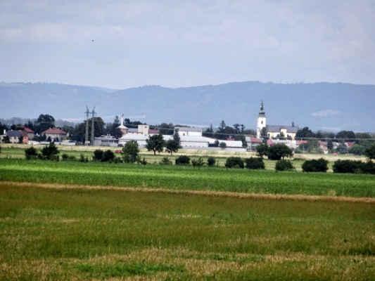 pohledy do okolí - přiblíženo, je vidět kostel sv. Petra a Pavla v Těšeticích