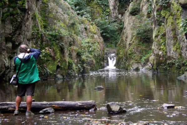 Skryjský vodopád - Součástí rezervace Skryjská jezírka je také stejnojmenný vodopád, který leží na Zbirožském potoce. Vodopád co do rozměru není nijak velký, z pohledu průtoku vody však patří mezi ty nejvodnatější vodopády na našem území. Atraktivitu vodopádu zvyšuje jeho skalnaté okolí, kterým se prodírá Zbirožský potok.