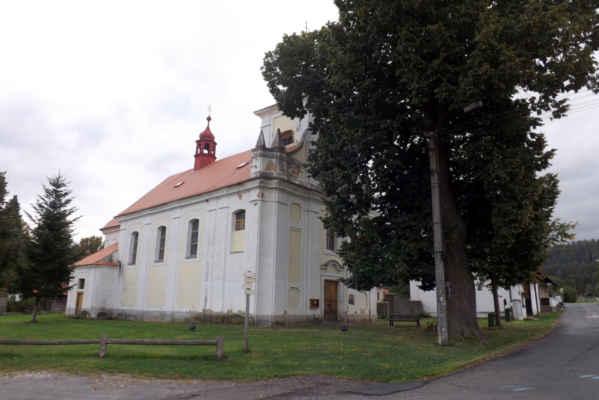 Kostel sv. Michaela Archanděla - Barokní kostel z r. 1712. Nachází se na bývalém hřbitově. Oltářní obraz sv. Michaela Archanděla je dílem Josefa Hellicha z let 1854-55. Věž je opatřena dvěma zvony. Zvon pocházející z r. 1598 je zdoben reliéfem Matky Boží a druhý s reliéfem sv. Jana Nepomuckého byl přelit pražským zvonařem Karlem Bellmannem v r. 1839.