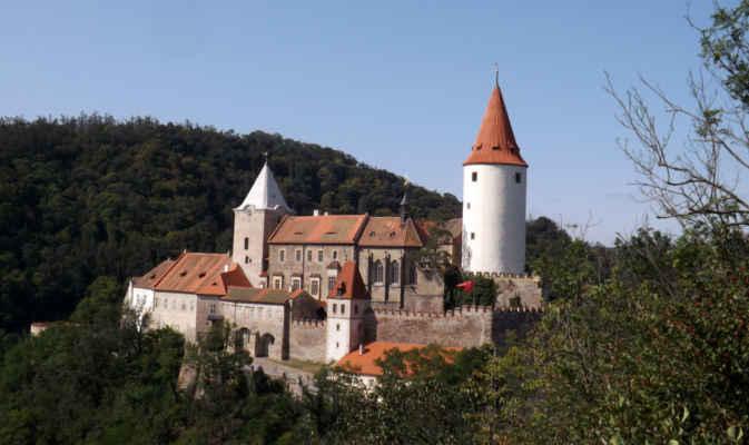 hrad Křivoklát - Královský hrad obklopený nekonečnými lesy byl oblíbeným místem pobytu a lovu Přemyslovců i Lucemburků. Vznikl počátkem 12. století a během následujících staletí prošel nejrůznějšími úpravami. Ty nejzásadnější, pozdně gotické, proběhly za Vladislava Jagelonského na přelomu 15. a 16. století. Později se na stavu hradu neblaze podepsala třicetiletá válka i četné požáry. Dřívější podobu se mu snažily vrátit rekonstrukční práce probíhající od poloviny 19. století. Z interiéru vynikají královský a rytířský sál s expozicí gotického malířství a sochařství, kaple jedinečnou síťovou klenbou, knihovna a dominanta hradu - válcová věž s expozicí lovectví. V průběhu roku se zde koná řada kulturních akcí, koncertů a dobových akcí.
