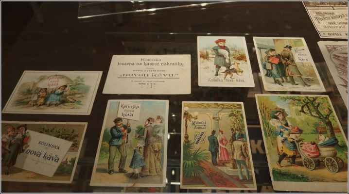 Reklamní pohlednice. - Od počátku se zde vyráběly kávoviny Zlatá hospodyňka či Žitovka. V roce 1904 byla továrna secesně upravena podle Křičkova návrhu, v průčelním štítu doplněná reliéfem s ochrannou známkou továrny - sokola držícího balíček kolínské cikorky. Závod velmi prudce expandoval, filiálky postupně vznikaly Prostějově (1900), Lublani (1909) a Haliči (1912), po fúzi se závody Buva a Berger v roce 1912 se stal jedním z největší podniků svého druhu v Rakousko-Uhersku. V roce 1917-20 byla postavena moderní pobočka v Písku a v roce 1922 v nedaleké Přelouči.