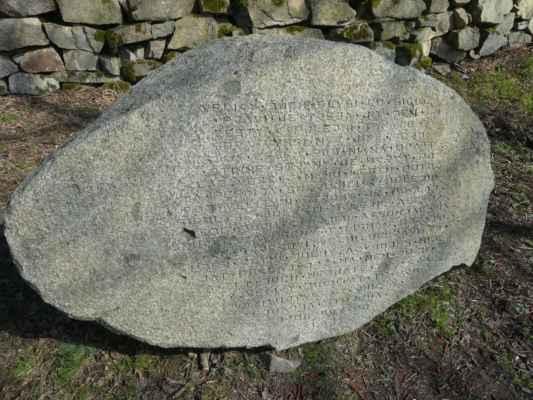 Kámen s úryvkem knihy Eduarda Štorcha Bronzový poklad označuje místo nálezu 26 bronzových jehlic v roce 1934.