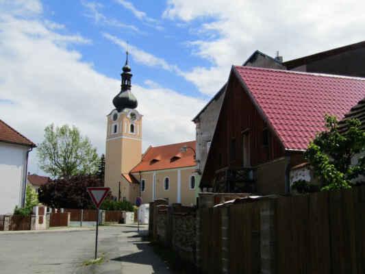 kostel sv.Jakuba Většího - Původně gotický kostel z počátku 15. stol. s barokní věží z r. 1673. Jednolodní stavba s pětiboce uzavřeným kněžištěm a hranolovou věží. V letech 1987-91 prošel objekt opravou, při které bylo pod zvonicovým patrem věže objeveno kamenné ostění gotických oken.