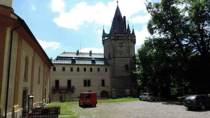Zámek vznikl přestavbou původního gotického hradu z 15. století, ze kterého se dochovala výrazná kamenná věž. V průběhu následujících let byl několikrát upravován. Současný pohádkový vzhled zámku je výsledkem poslední novorenesanční přestavby z 19. století. Autorem návrhu byl architekt Josef Schulz.