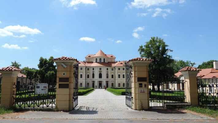 Zámek Liblice, dnes hotelový komplex. Zámek byl postaven ve slohu českého vrcholného baroka roku 1706. Je tvořen třípatrovým válcovitým středem, v němž je umístěn hlavní sál, na který navazují dvoupatrová křídla s obytnými prostorami.