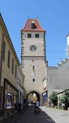 Mělník, místo kde vznikala, nebo ještě vzniká?, Mělnická Ludmila. Pražská brána je pozdně gotická budova. Bývala to jedna ze dvou přístupových cest do města. Ve věži je kavárna a galerie. Z jejího vrchního patra je možné se rozhlédnout po Mělníce i jeho okolí.