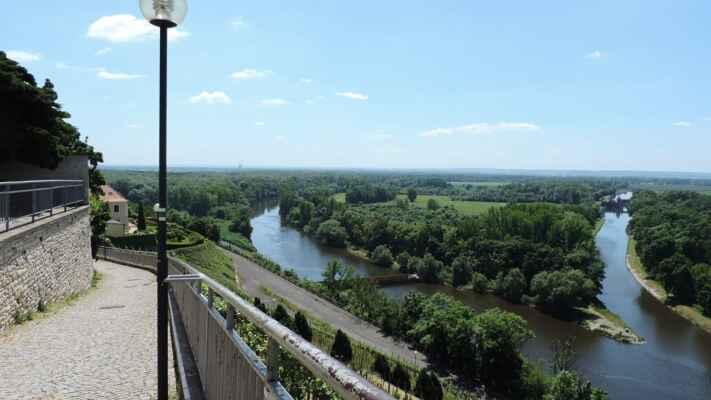 Soutok Labe a Vltavy. Z Labe toho moc vidět není. Je zcela vlevo, uprostřed Vltava a vpravo kanál Vraňansko - Hořínský.