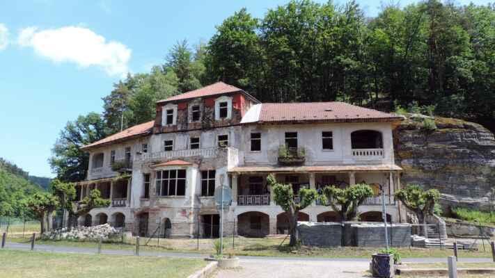 """Hotel v zatáčce u Harasovského rybníka byl otevřen v roce 1912 a byl vyhledávaným výletním místem s bohatým zázemím. Po dobu komunistické éry byl neveřejný a sloužil jako rekreační středisko. Po revoluci byl vrácen původním majitelům, poté opakovaně prodán různým majitelům a mezitím chátral. V současné době je hotel součástí projektu """"letovisko Harasov"""" a pracuje se na jeho rekonstrukci."""