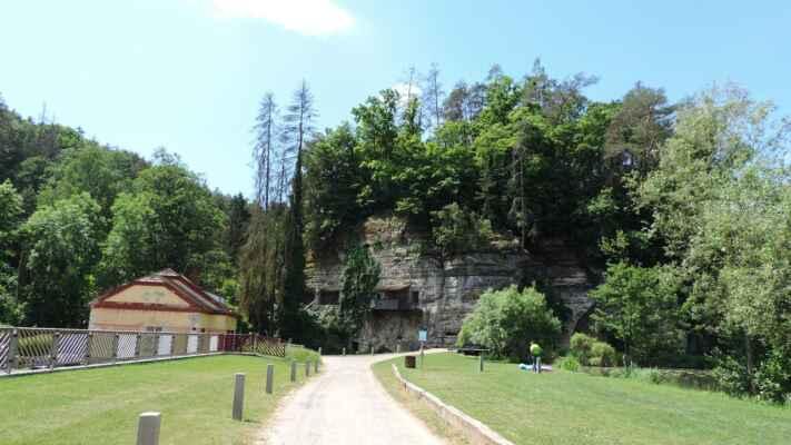 Skalní obydlí se nachází ve skalní stěně nad údolím Pšovky na žluté turistické značce. Kousek od skalního bytu je vytesán reliéf Krista. Skalní byt byl vytvořen ze sklepů středověkého hradu, který stával na vrcholu skály. Byl postaven pravděpodobně na počátku 14. století rodem Hrzánů.