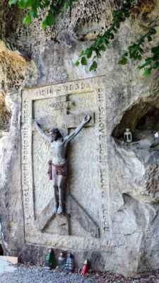 Kamenný reliéf nechal na úpatí bývalé hradní zdi vytesat v první polovině 20. století Stanislav Řehák.