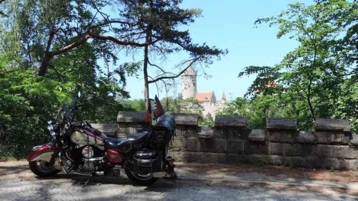 Původní hrad byl založen po roce 1320 pravděpodobně pražským purkrabím Hynkem Berkou z Dubé. V následujícím století jej pobořili husité, ale byl obnoven. Po skončení třicetileté války přestal být udržovaný, protože byl zařazen mezi hrady, které svojí výhodnou polohou mohou lákat nepřátele panovníka.