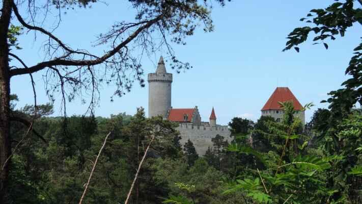 V 19. století z něj byla jen zřícenina, která chytla za srdce nejednoho malíře a také K. H. Máchu. Dnešní podobu hrad získal v roce 1918 díky rozsáhlé rekonstrukci Jana Špačka. Dnes zde spatříte mohutnou válcovou věž, která se svojí výškou 38 metrů tvoří dominantu hradu. Navíc ho známe z pohádky o Princezně se zlatou hvězdou.