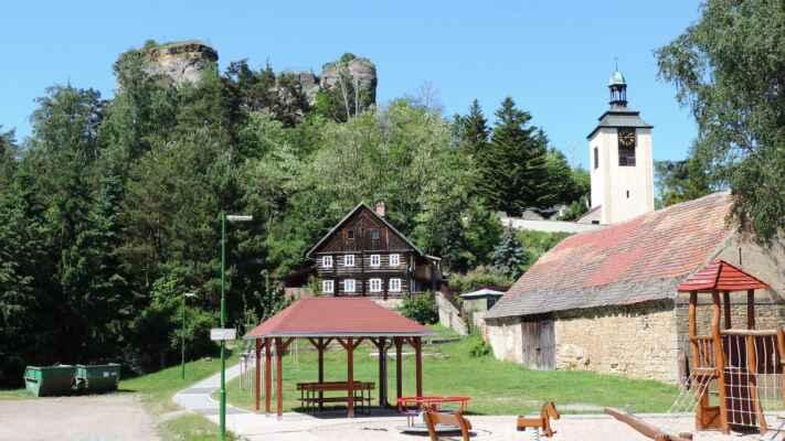 Jestřebí a zbytky hradu. Hrad byl postaven na konci 13. století na dvou skalních plošinách, které byly přístupné pouze po dřevěných schodech. V případě ohrožení byly schody odstraněny. V 16. století byl již hrad pustý a v 18. století bylo zdivo rozebráno na stavbu domů. Schodiště vede bývalou studnou. Podle pověsti se pod hradem ukrývá poklad.