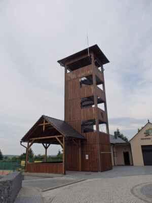 V Charvatcích mají takovouhle pěknou požádní věž, - z které se na pár hodin o víkendu stává rozhledna.